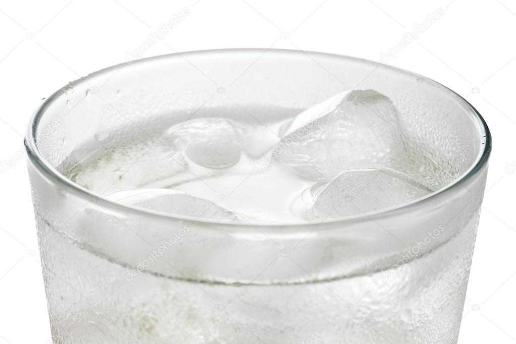 Santé : boire glacé donnerait l'illusion de ne plus avoir soif mais ne désaltérerait pas complètement.