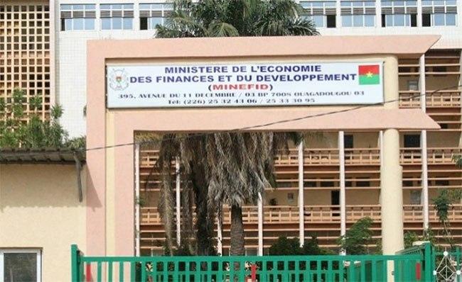 Le SYNAMEF : «  Le SYNAMEF par principe est pour la défense des intérêts moraux et matériels des agents, mais rejette certaines méthodes de luttes aux effets pervers qui saccagent les bases de développement socio-économique de notre pays ».